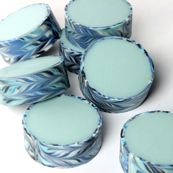 Blue Rimmed Cold Process Soap DIY // Learn how to create soap with a patterned outer rim!